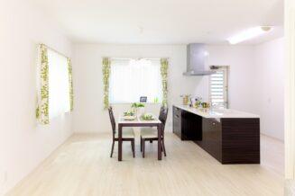 Jak udekorować swój mały salon z nowoczesnymi meblami