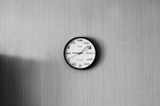 Wybór fototapety i zegara ściennego do pokoju