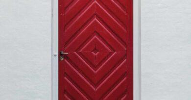 czerwone drzwi wejściowe
