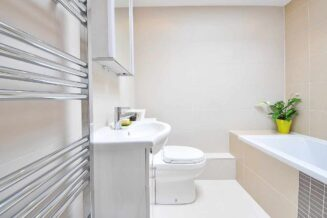 Nowoczesna łazienka w bloku: Aranżacja małej łazienki w bloku
